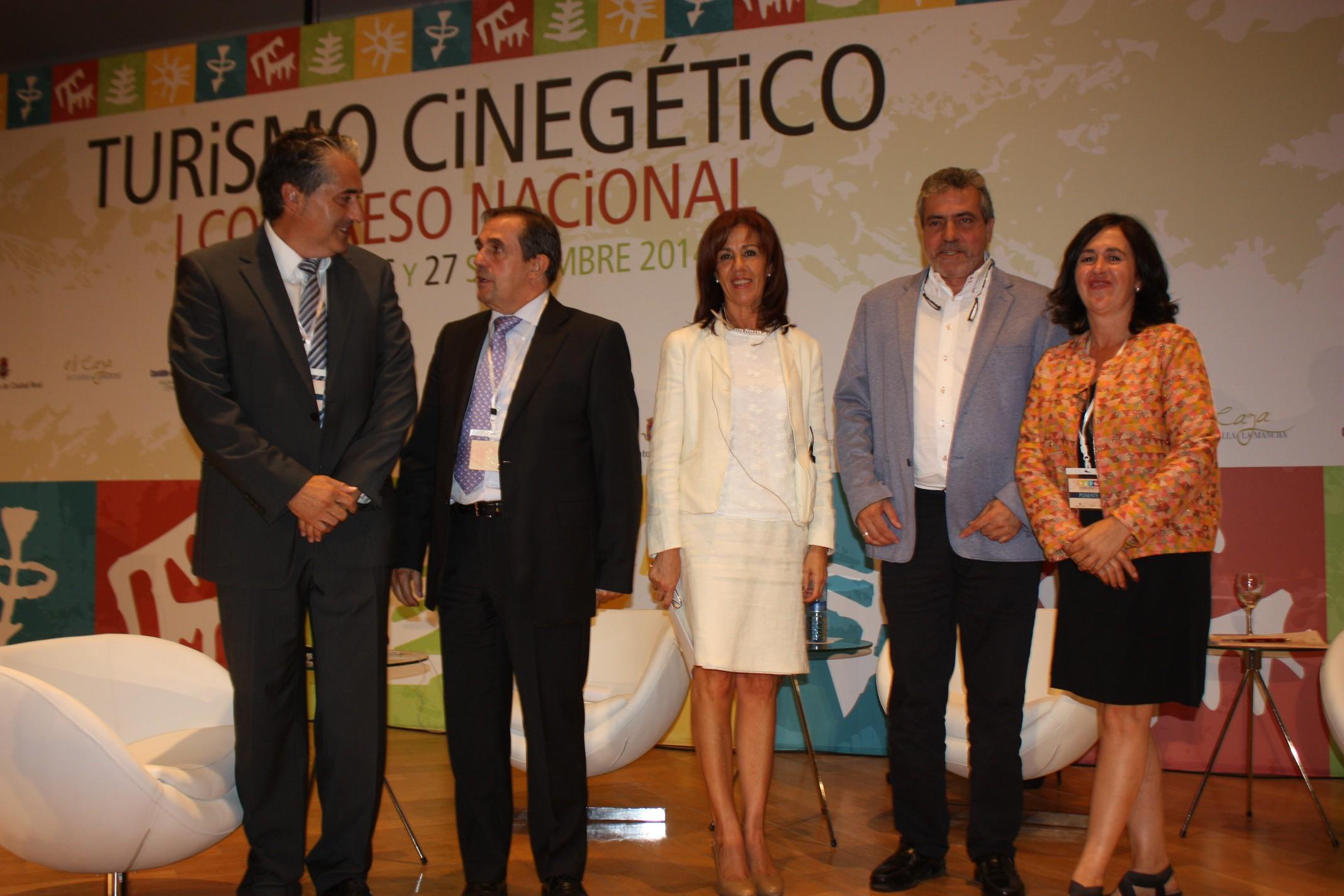 mesa redonda turismo, ponentes y moderadora