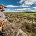 Preciosa imagen del cazador observando el trabajo de los podencos.