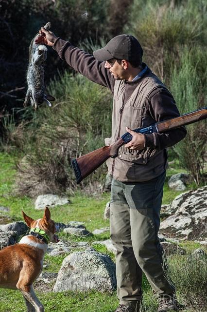 Mostrando la pieza al cazador amigo y comentado el lance