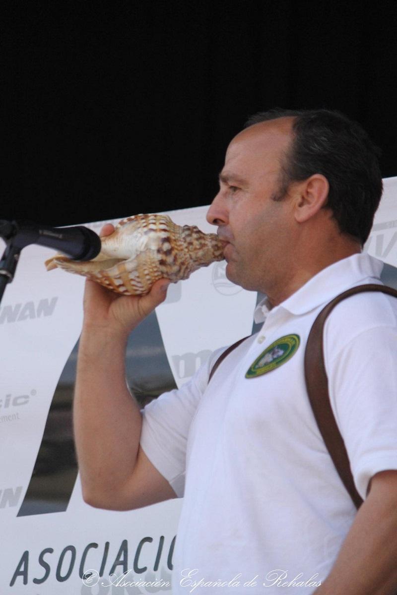 La Asociación Española de Rehalas se manifiesta en Madrid tocando las caracolas.