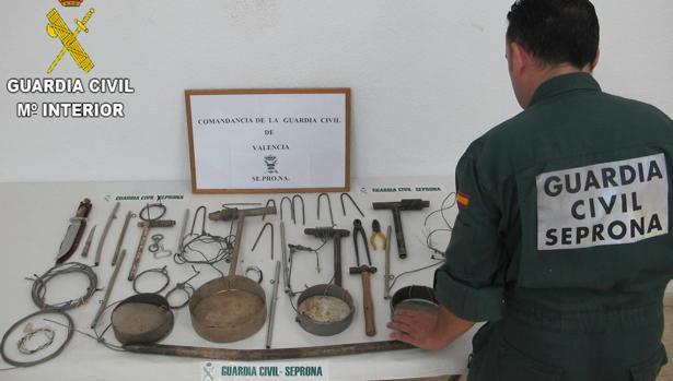 Lazos metálicos y herramientas incautadas por la Guardia Civil.