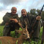 Salva y el guarda con uno de los corzos cazados en Francia.