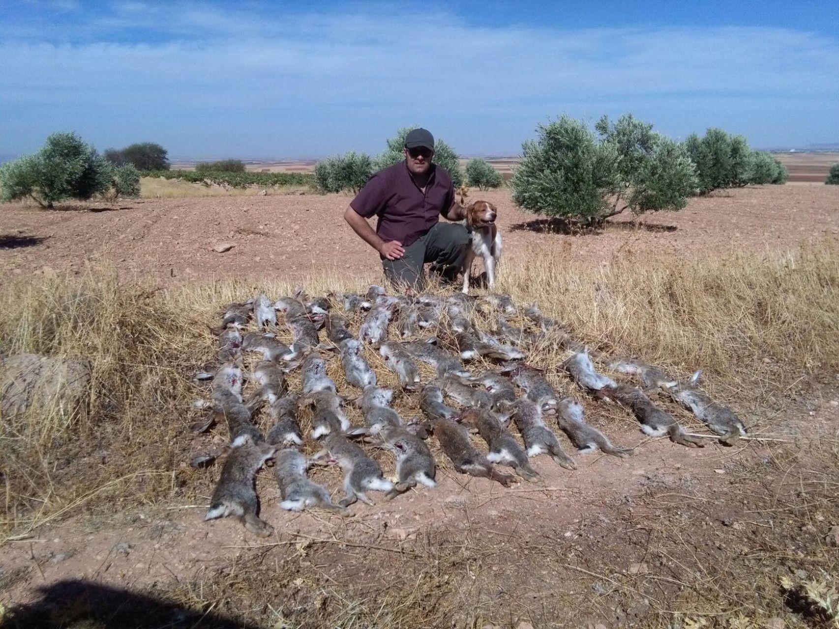 Emilio, uno de los cazadores que tratan de acabar con la plaga de conejos - Jorge Barreno