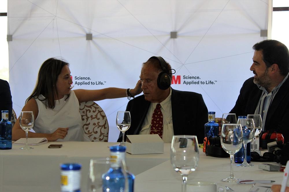 Lola Fernández, Directora de Marketing de Excopesa, probando productos 3M con Tony Sánchez Ariño.