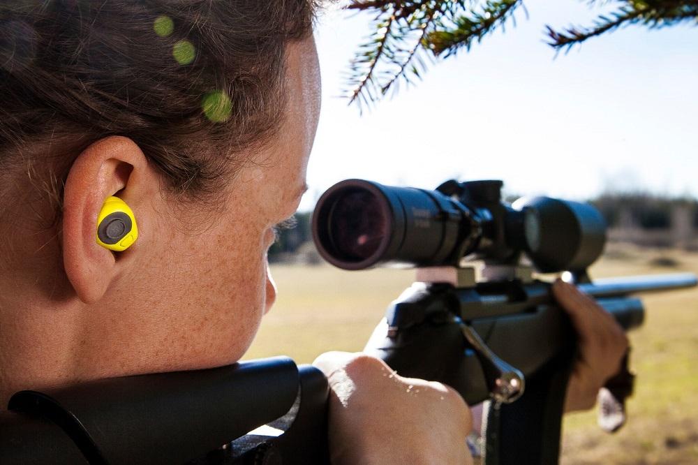 Cazadora protegiendo sus oídos con tapones 3M Peltor.