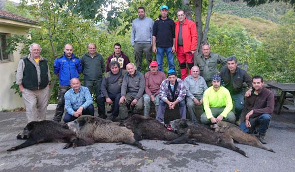 Los cazadores de Peñamellera Alta regresaron de Caso con cinco gorrinos. :: M. B.