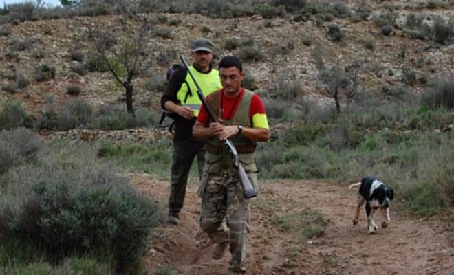 Dos cazadores en una jornada en el monte. | El Mundo