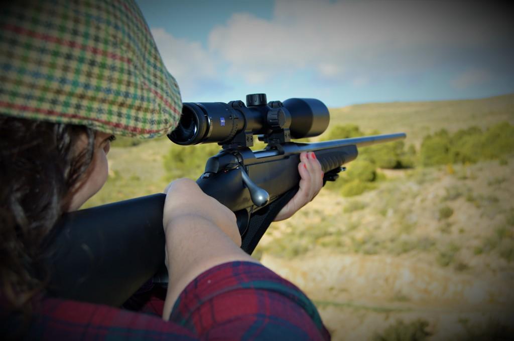 Cazadora Beatriz Alcoya apuntando con un rifle de cerrojo.