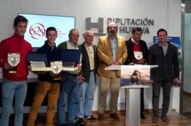 El diputado Ezequiel Ruiz junto a los premiados / FAC