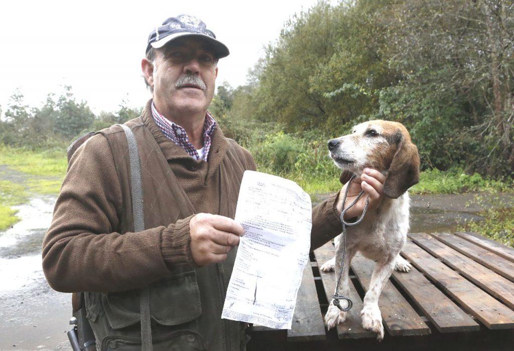 """Enrique Mallou junto a su perro """"Lucas"""" tras recuperarlo / A. Hernández"""