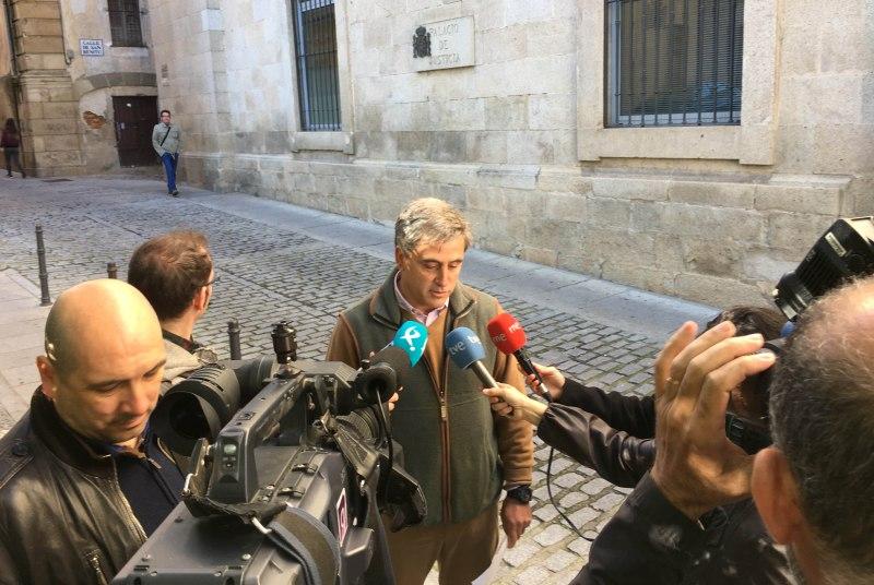 Ignacio Higuero,, ante los medios a su salida de la Audiencia Provincial de Cáceres / MEC