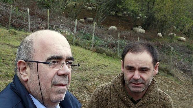 El consejero Oria durante su visita a la ganadería de ovino / Gob. Cantabria