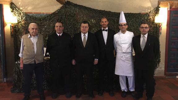 Primitivo Martín (izquierda), propietario de La Matita, con sus hijos Jesús (a continuación), Pepe (cocina) y Primi (derecha) y empleados. / F. B.