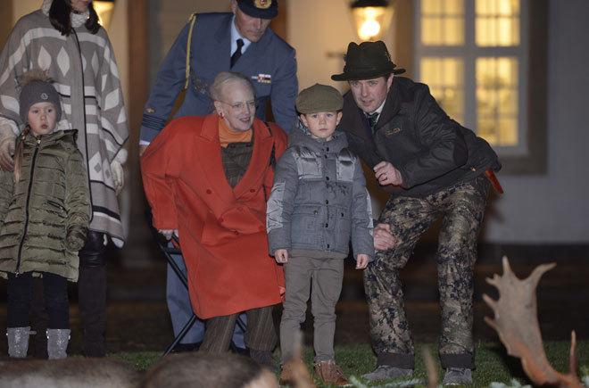 """Momento en el que, según medios daneses, el príncipe le dice a su hijo: """"Yo maté al que está más lejos"""". / GTRES"""