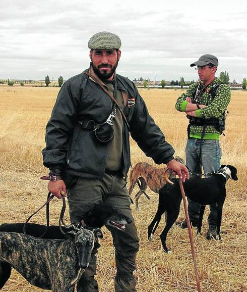 Un galguero de Cantalapiedra listo para la jornada de caza / Jorge Holguera