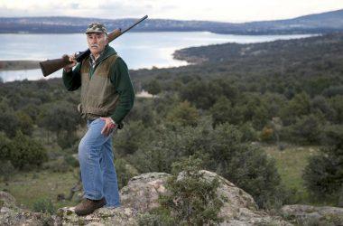 """Un vecino de Manzanares el Real (Madrid), posa con su escopeta en el coto de caza """"El Chaparral"""" / Santi Burgos"""