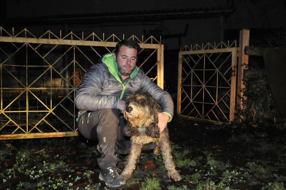 """Fredín Velasco y su perro """"Piro"""" tras ser rescatados."""