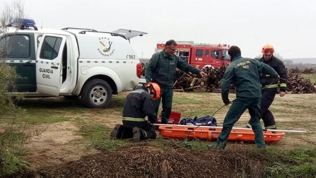 Momento en el que el cuerpo fue trasladado, tras ser rescatado por submarinistas de la Guardia Civil