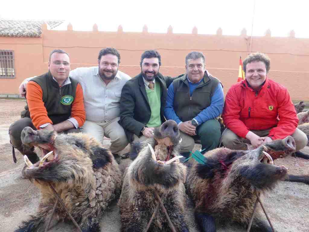 Organizadores y cazadores con jabalíes de la finca La Sima