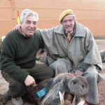 Monteros con jabalí cobrado en la finca La Sima con Cabezas Servicios de Caza