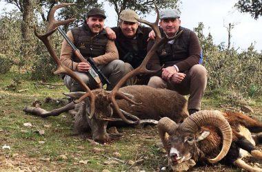 Monteros con venado y muflón cobrados en Navalentisco
