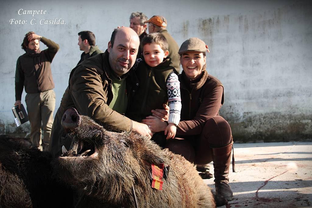 Familia con uno de las jabalíes cobrados en la finca Campete.