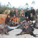 Con algunos de los jabalíes cobrados en Albarderos.