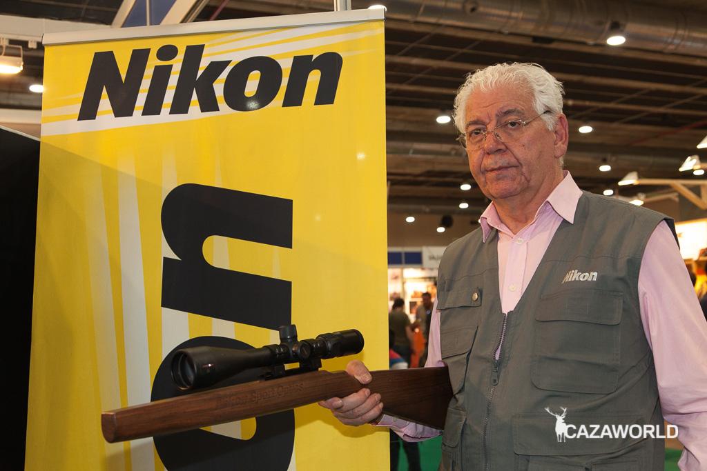 Antonio Buitrago, agente de ventas de Nikon, con un visor expuesto en la feria.