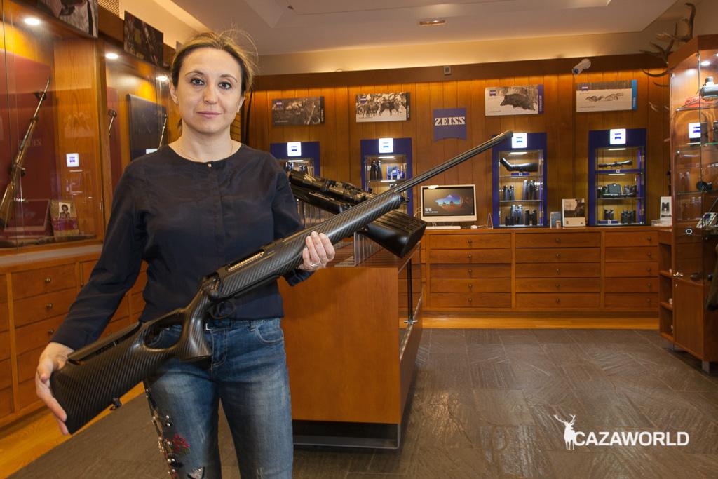 Lola Fernández posando con el nuevo Sauer S404 Synchro XTC