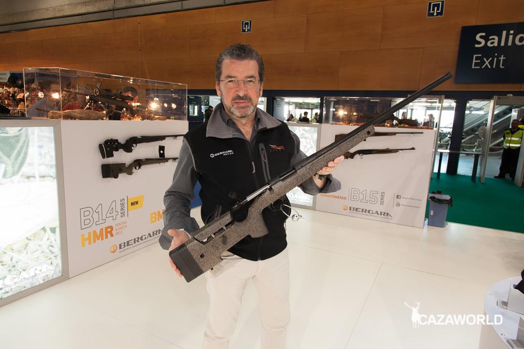 Féliz Fernández, director comercial de Bergara, posando con el nuevo rifle Bergara B14 HMR