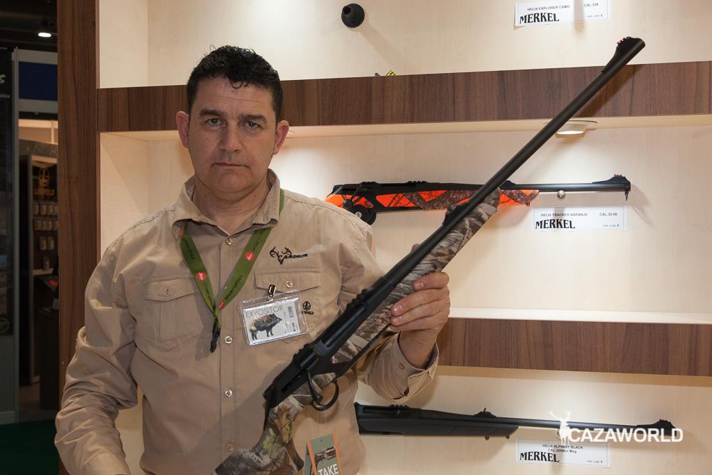 Luis García, de Ardesa, posando con el rifle Merkel Helix en calibre 338