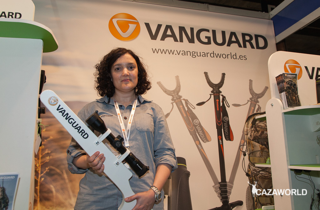 Marta Melgarejo, marketing manager de Vanguard, con el visor Endeavor RS de Vanguard