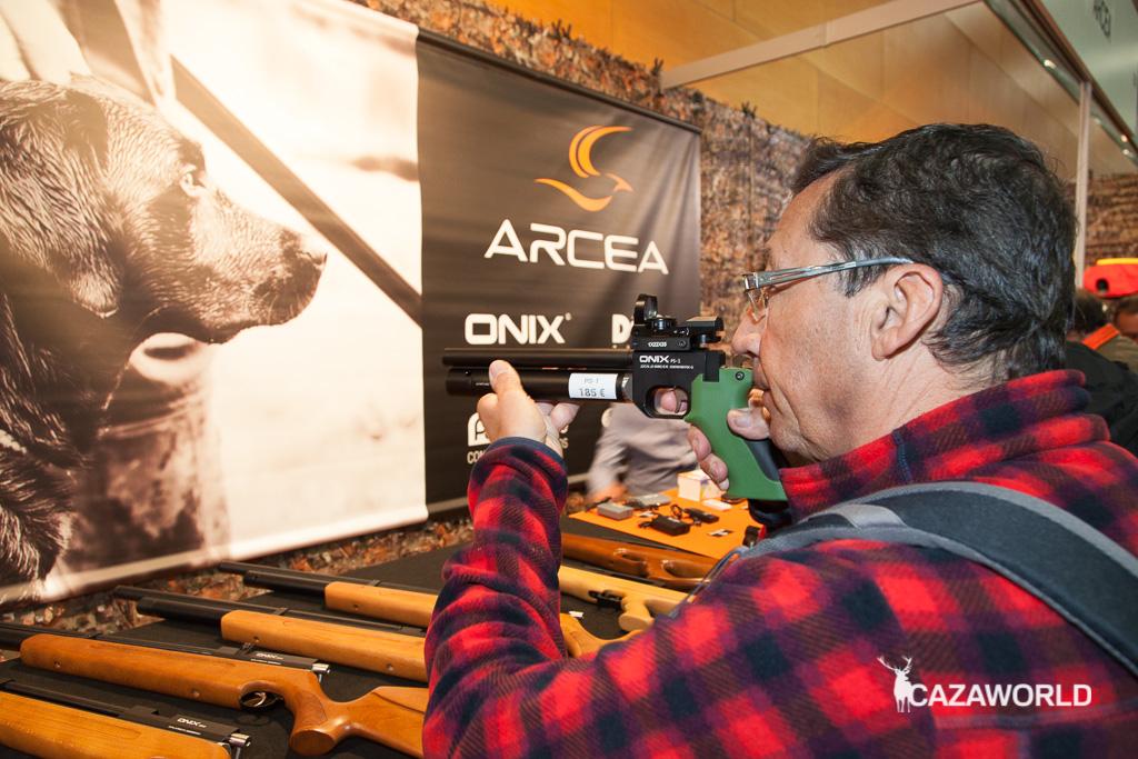 Visitante manipulando armas de aire comprimido en el stand de Arcea /DPS