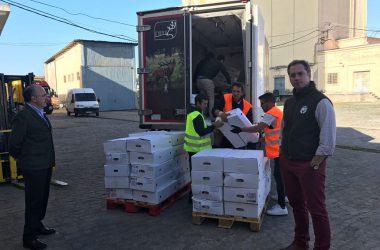 Un camión de Cárnicas Dibe descargando los 1.500 kilogramos de carne de caza donados en colaboración con la Federación Extremeña de Caza.
