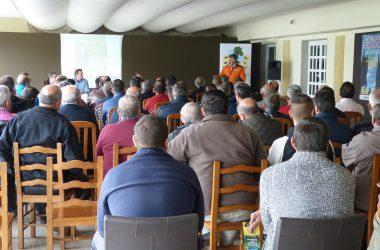 La jornada de gestión en Lobios reunió a más de 100 representantes de sociedades de caza.