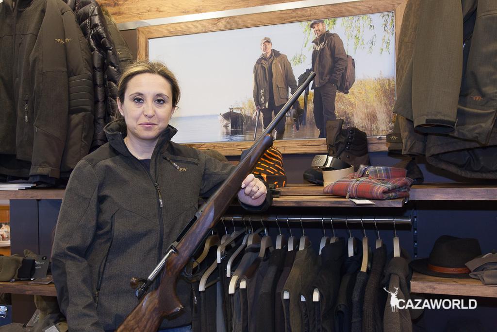 Lola Fdez. posando con un rifle Sauer S100 Artemis y la colección de ropa Blaser / DPS