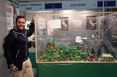 Dani Gómez junto al diorama presentado en Cinegética 2017.