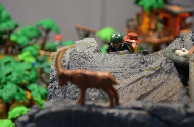 Unos cazadores recechan un íbice, representados con muñecos de playmobil.