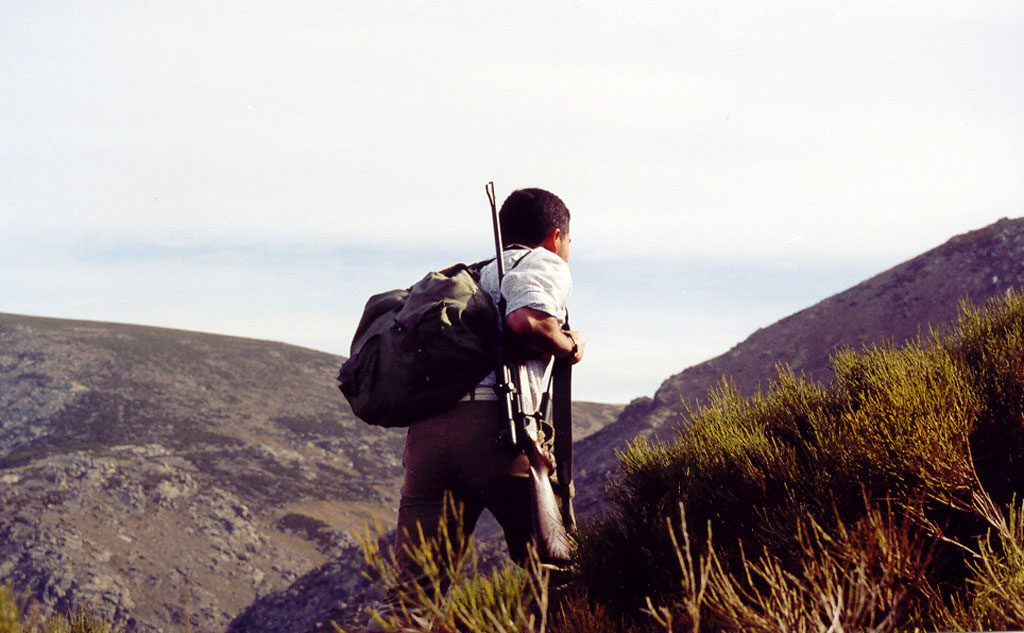 Luis Manuel Jara Rolle recechando en la montaña