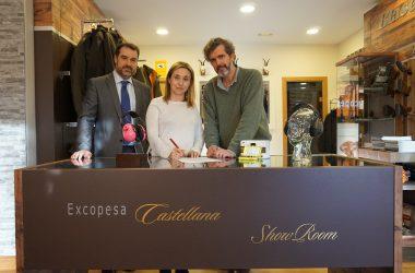 Fotografía de la firma del acuerdo de colaboración entre ACE, Excopesa y 3M.