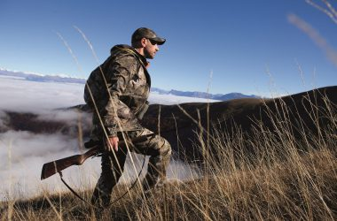 Un cazador de rececho vestido con ropa de camuflaje 3d de Decathlon.