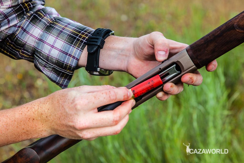 Resulta complicado recargar la escopeta con el pulgar debido a la báscula reducida del 28