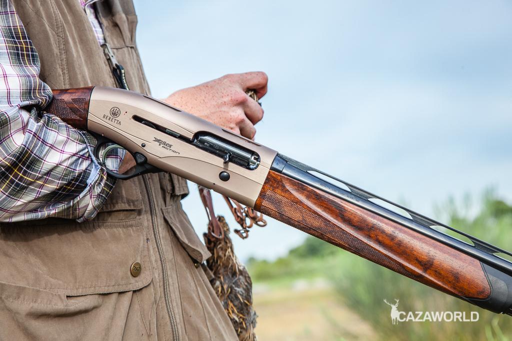 Fotografía de la Beretta A400 Xplor Action en calibre 28 durante una jornada de caza de codornices.