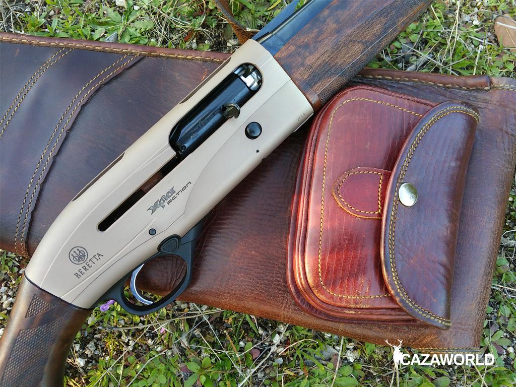 En la imagen se aprecia la carcasa y el cerrojo de la A400 Xplor Action en calibre 28 sobre una funda de cuero.