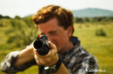 cazador apunta con escopeta