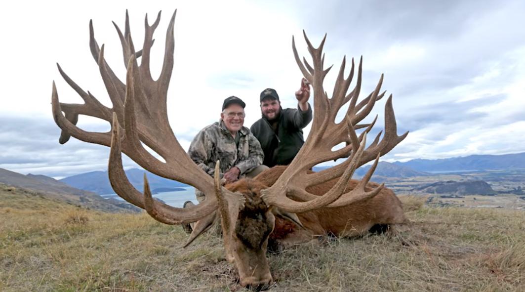 Fotografía del cazador con el ciervo más grande del mundo, el nuevo récord mundial.