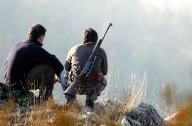Dos cazadores, durante una pausa de su jornada cinegética / ABC