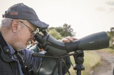 Un asistente a la presentación observando a través del telescopio BTX.