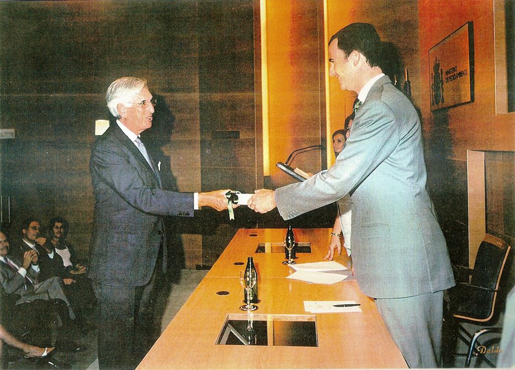 Fernando de Andrada recogiendo un reconocimiento de manos del Rey Felipe VI