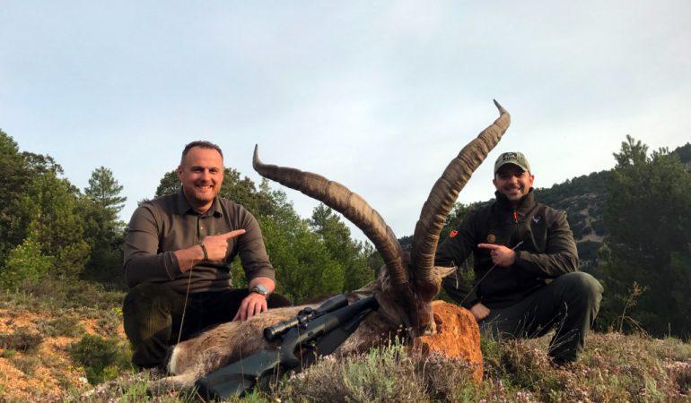 Raúl Blázquez y su amigo cazador con el macho montés que cobró el primero